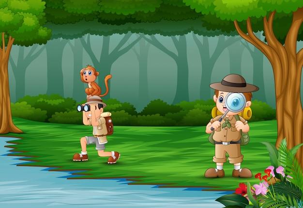 Beeldverhaal twee jongensontdekkingsreiziger in een bos