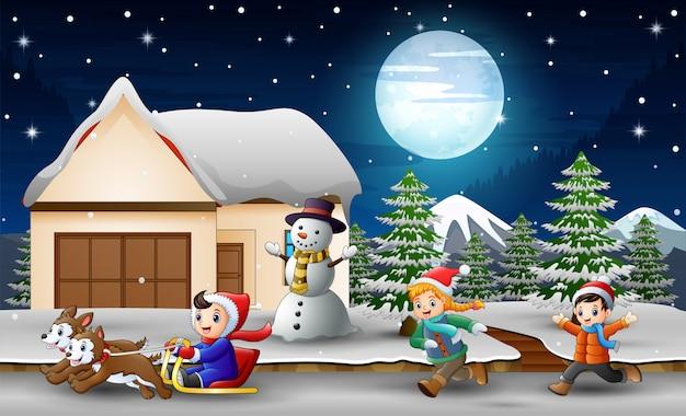Beeldverhaal van een jongens berijdende slee vooraan sneeuwend huis