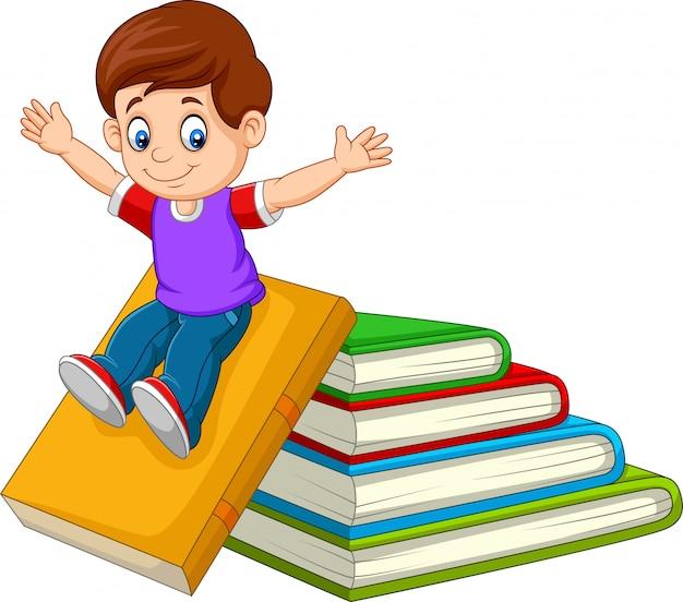 Beeldverhaal weinig jongen die met grote boeken speelt