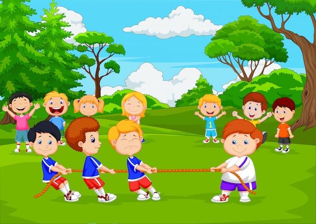 Beeldverhaalgroep kinderen die touwtrekwedstrijd in het park spelen