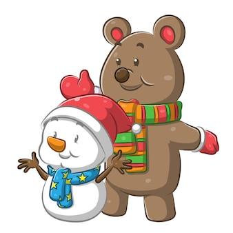 Beer met de sjaal en een kleine sneeuwpop met de kerstmuts