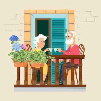 Bejaard paar op balkon.