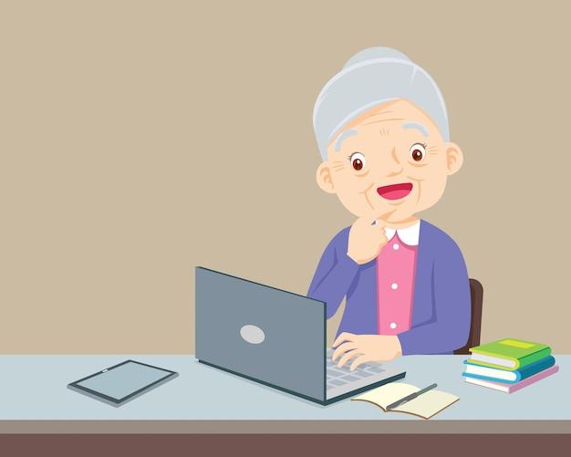 Bejaarde die een laptop computer met behulp van