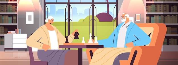 Bejaarde echtpaar schaken senior man vrouw tijd samen doorbrengen woonkamer interieur horizontaal portret vectorillustratie