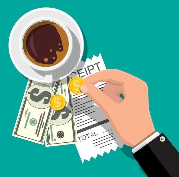 Beker met koffie met contant geld en muntstukken