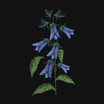 Bellflower geborduurd met blauwe en groene draden op zwarte achtergrond