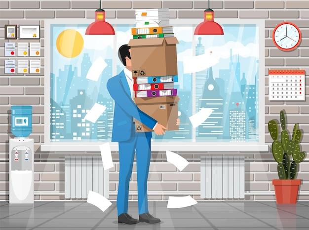 Benadrukt zakenman onder stapel kantoorpapieren en documenten. kantoorgebouw interieur. office documenten hoop. routine, bureaucratie, big data, papierwerk, kantoor. vectorillustratie in vlakke stijl