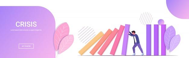 Benadrukt zakenman stoppen domino-effect crisismanagement kettingreactie financiën interventie conflictpreventie concept horizontale volledige lengte kopie ruimte