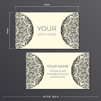 Bereid lichte crèmekleurige visitekaartjes voor met prachtige vectorpatronen met mandala-ontwerpen. sjabloon voor afdrukontwerp visitekaartje met monogram ornament.