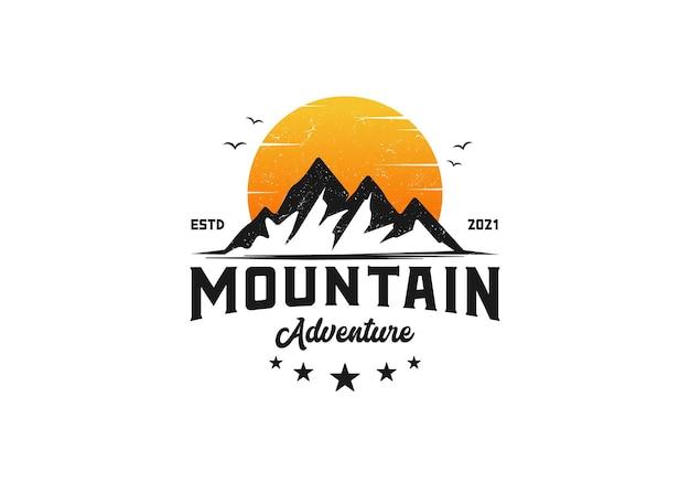 Berg en zon. outdoor avontuur logo ontwerpsjabloon inspiratie