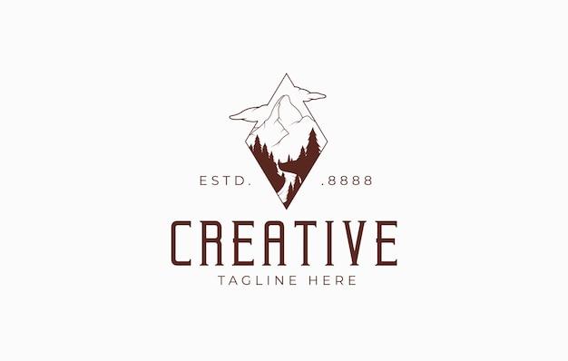 Berg met bos silhouet logo ontwerpsjabloon