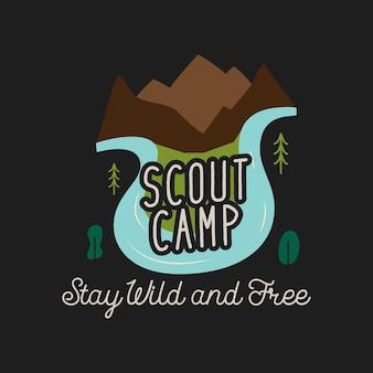 Bergen en rivier met scout camp en stay wild and free-inscripties afgebeeld op creatief t-shirtontwerp