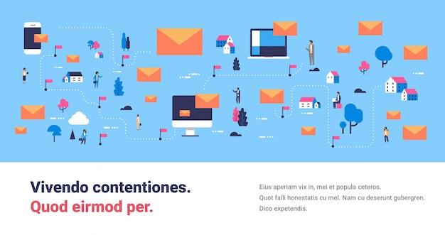 Bericht mobiele computer applicatie messenger mensen communicatie kaart isometrisch concept online mail envelop