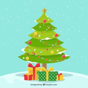 Besneeuwde achtergrond van mooie kerstboom met giften