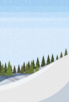 Besneeuwde heuvel in de winter