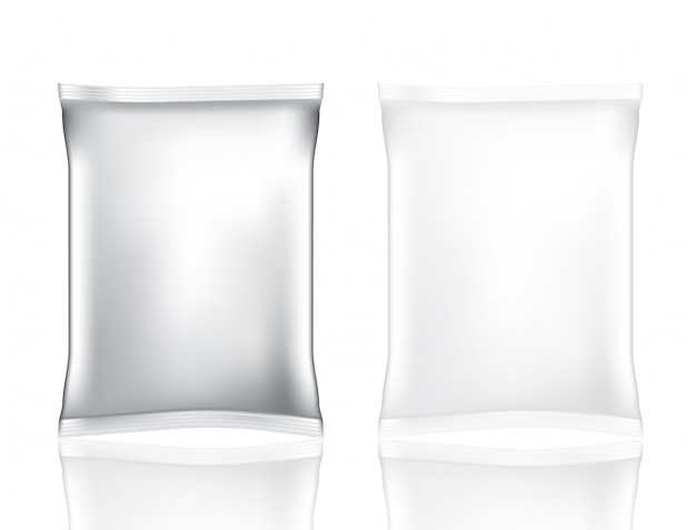 Bespotten realistische foliezak voor geïsoleerd snack en spaander die op witte achtergrond wordt geplaatst