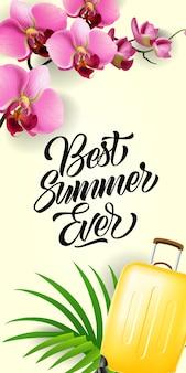 Beste zomer ooit belettering. reisinschrijving met gele bagage, tropisch blad en orchidee
