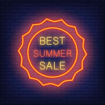 Beste zomerverkoop, illustratie in neonstijl. gloeiende tekst in zonvormig rood kader.