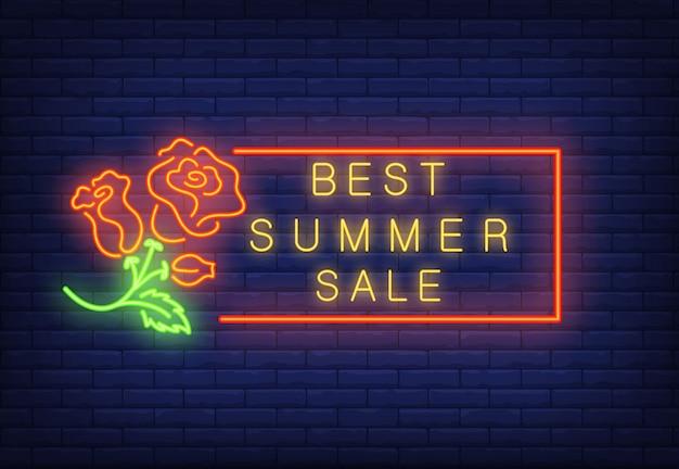 Beste zomerverkoop neontekst in frame en rozen. seizoensaanbieding of verkoopadvertentie