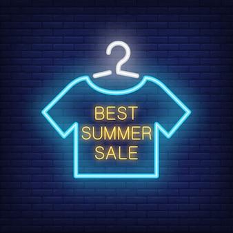 Beste zomerverkoop neontekst met t-shirt op hanger. aanbieding of verkoopadvertentie