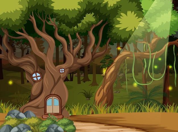 Betoverde bosachtergrond met boomhut