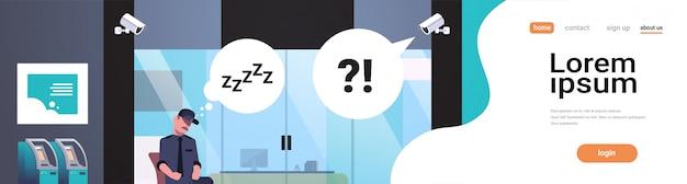 Bewaker man slapen werkplek ingang