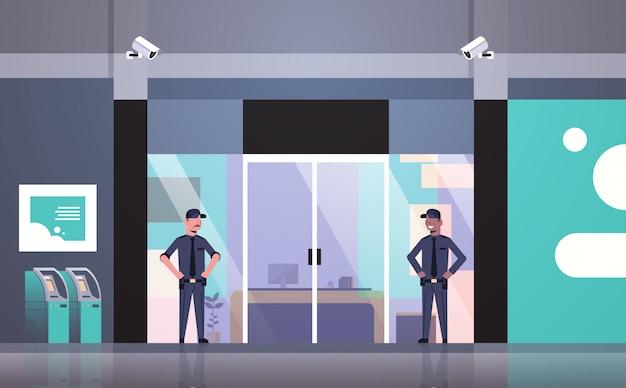 Bewaker mannen die werken bij de ingangsdeur