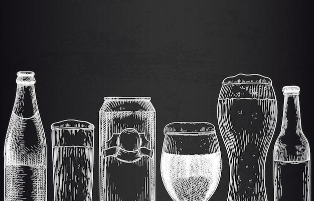 Bier achtergrond. schets bierglazen, mokken en blikjes, flessen met bier. hop drink ontwerp voor promotie poster gravure vector sjabloon. bar of pub advertentie. alcoholdrank met schuim