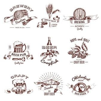Bier gekleurde hand getrokken emblemen met belettering en linten drinken in mokken, snacks