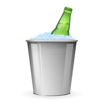 Bier op ijs in metalen emmer geïsoleerd op wit. flessenbier in ijs, drankbier in emmer met ijsillustratie