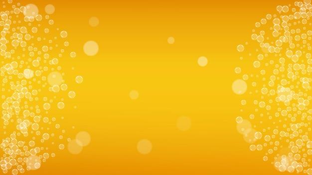 Bier schuim. ambachtelijke pils splash. oktoberfest-achtergrond. tsjechische pint bier met realistische witte bubbels. koele vloeibare drank voor restaurantmenusjabloon. oranje mok met bierschuim.