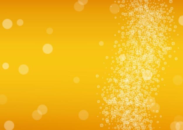 Bierachtergrond met realistische bubbels. koele drank voor restaurantmenu-ontwerp, banners en flyers. gele horizontale bierachtergrond met wit schuim. vers kopje pils voor brouwerijontwerp.