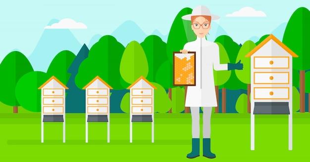 Bijenhouder bij bijenstal.