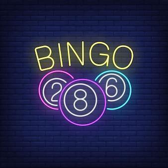 Bingo neon belettering en ballen met cijfers.