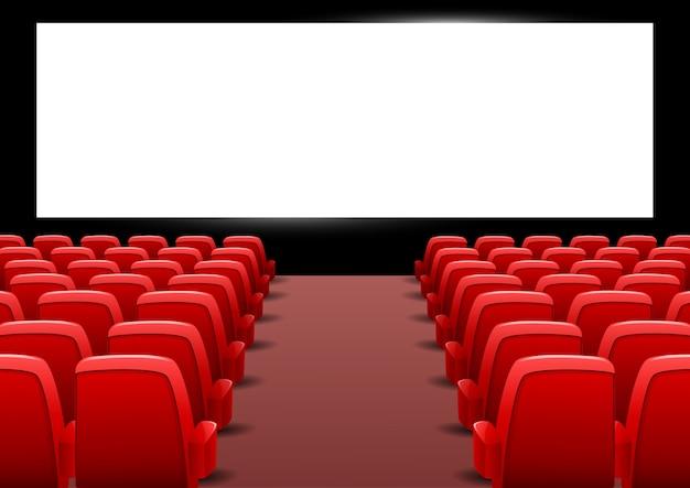 Bioskoopauditorium met rode zetels en het lege scherm