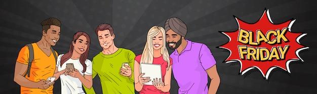 Black friday sale banner pop art design met groep mix race mensen met behulp van moderne gadgets
