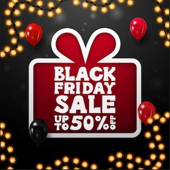 Black friday-uitverkoop, tot 50% korting, zwarte vierkante kortingsbanner met groot rood cadeau in papierstijl met aanbieding, rode en zwarte ballonnen en slingerframe