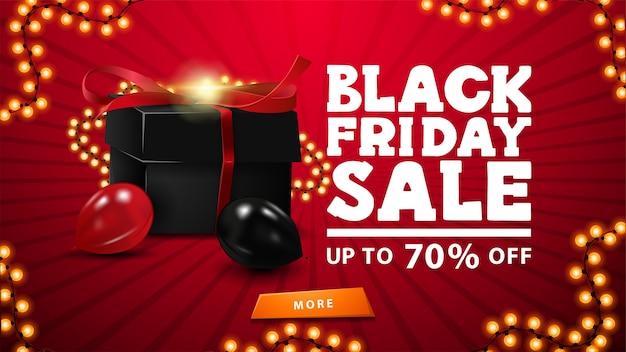 Black friday-uitverkoop, tot 70% korting, rode banner met zwarte geschenkdoos omwikkeld met slinger, ballonnen, oranje knop en slingerframe