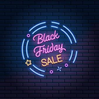 Black friday-verkoop gloeiend neonteken op donkere bakstenen muur