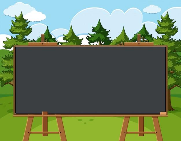 Blackboard sjabloon met pijnbomen in het bos