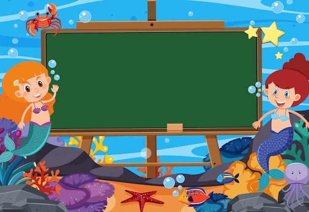 Blackboard sjabloon met zeemeerminnen en vissen onder de oceaan