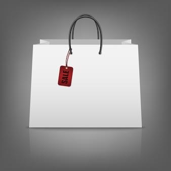 Blanco papieren boodschappentassen met verkoop tag.
