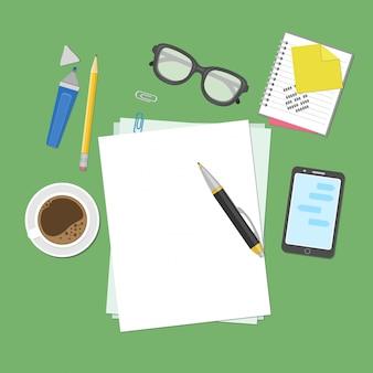 Blanco vellen papier op het bureaublad.