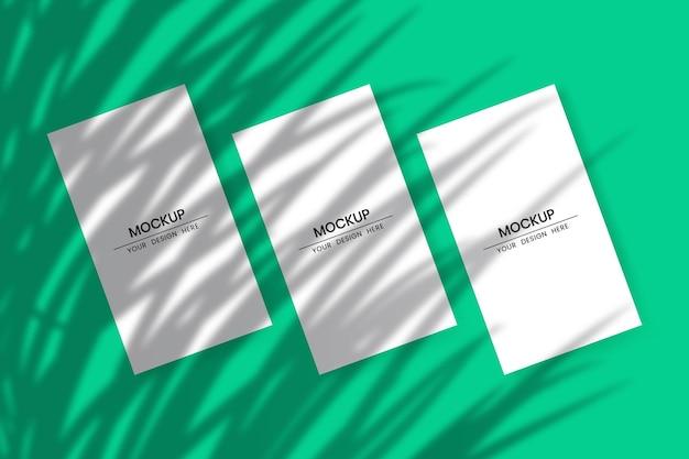 Blanco verticale papieren kaarten mockup met schaduwoverlay-effect