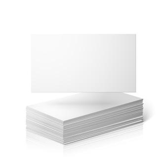 Blanco visitekaartjes sjabloon geïsoleerd op een witte achtergrond met reflectie.
