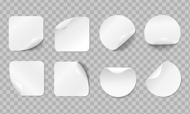 Blanco zelfklevende stickers met gebogen hoek. realistische lege plaketiketten instellen met schaduw op transparante achtergrond