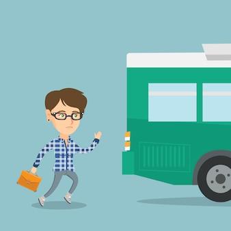 Blanke laatkomer vrouw die voor de bus loopt.