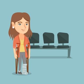 Blanke vrouw met gebroken been en krukken.