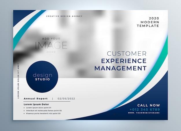 Blauw brochureontwerp met modieuze golvende vorm