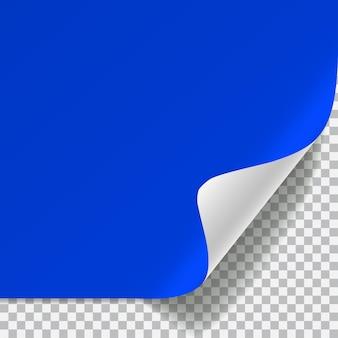 Blauw en wit vel papier met gebogen hoek en met schaduw op transparant.